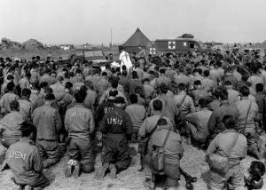 Católicos tradicionais assistindo a uma Missa Tradicional durante a Segunda Guerra Mundial? Não, apenas católicos assistindo À Missa durante a Segunda Guerra Mundial.